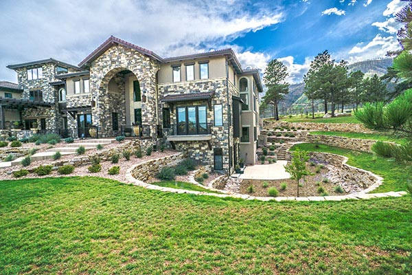 Luxury Mountain Shadows residential landscape design with Siloam stone retaining walls.